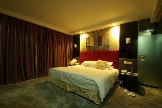 J. Real Residence Suites: Vue de la chambre