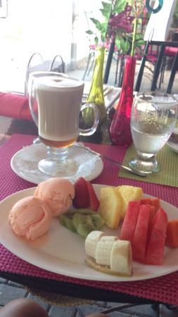 Sidewalk Cafe & TCBY Liberia / Cafe de La Acera