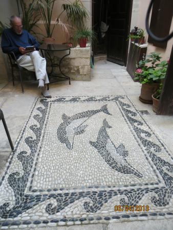 Casa Dei Delfini: Mosaic in center court