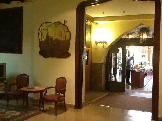 Mesón Castilla Atiram: Entrance to breakfast room
