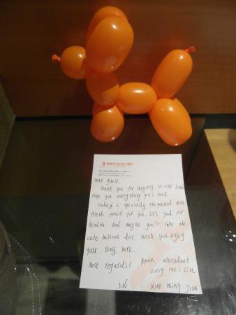 The Center Hotel Weihai : Trevlig hälsning från roomservice, kvällen innan checkout
