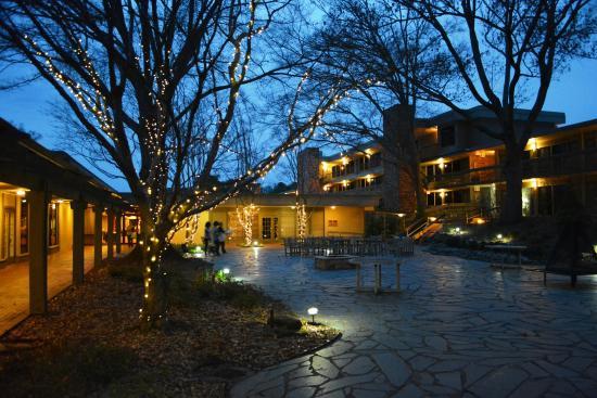Courtyard picture of callaway resort gardens pine mountain tripadvisor for Hotels near callaway gardens ga