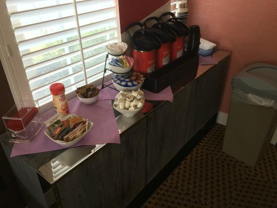 BEST WESTERN PLUS Capitola By-the-Sea Inn & Suites: Coffee is provided all day long