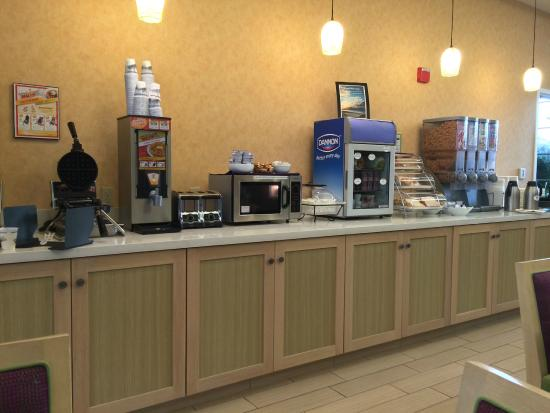 Best Western Plus Capitola By-The-Sea Inn & Suites: Bright and clean breakfast buffet.  Very clean!