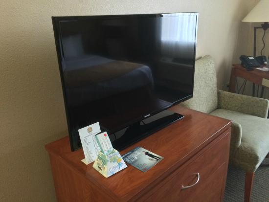 BEST WESTERN PLUS Capitola By-the-Sea Inn & Suites: Flat screen TV.