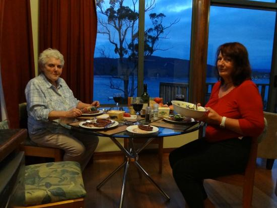 Driftwood Cottages: Dining at night