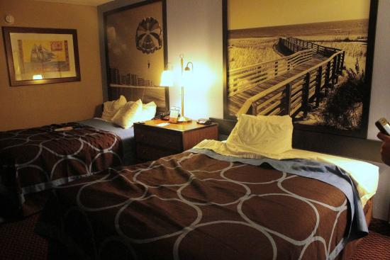 Super 8 Foley: Nice decor and decent bedding, pillows are thin