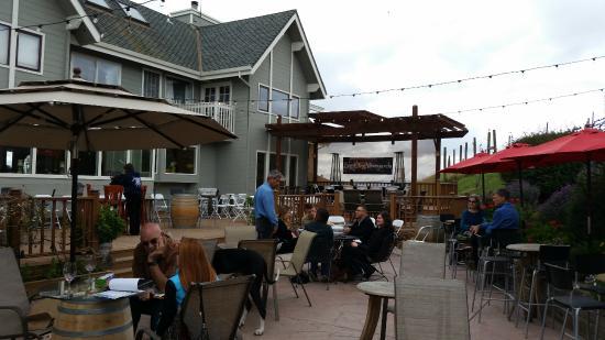 Big Dog Vineyards : Outdoor seating area