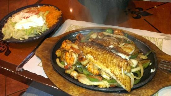 Mi Pueblo Mexican Restaurant: Fajita de Mar with fish, shrimp, scallops and the side of rice, beans, lettuce, tomato, sour cre