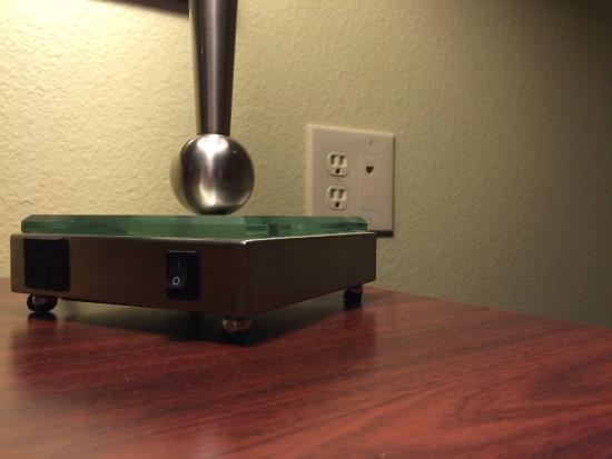 La Quinta Inn & Suites Dickinson: Desk lamp with 2 outlets + 2 additional outlets on wall