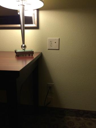 La Quinta Inn & Suites Dickinson: Desk with a total of 6 electrical outlets