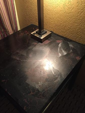 Econo Lodge Pine Bluff: Nasty furniture