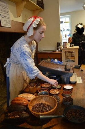 Captain Jackson's Historic Chocolate Shop: スパイスの説明と、石臼の実演。