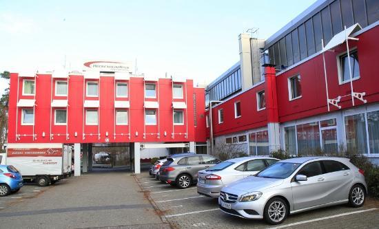 Motodrom am Hockenheimring Hotel: Вид с парковки на главный вход в отель