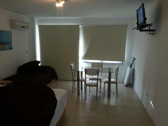 Apart Hotel Punta Sol: living y cama