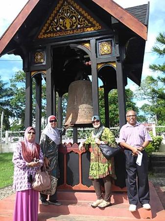 Banda Aceh, Indonesia: Chakra Donya, the giant bell donated by Admiral Zheng He or Cheng Ho from China, displayed proud