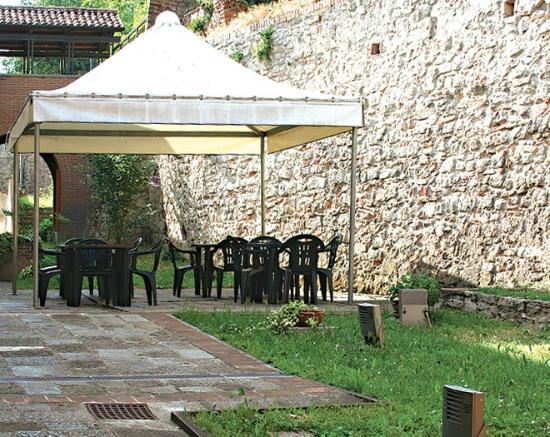 Venetian Hostel: giaridno con gazebo