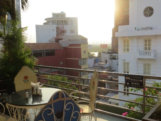 Huong Sen Hotel: A real good morning Vietnam feeling watching sunrise from the rooftop breakfast area