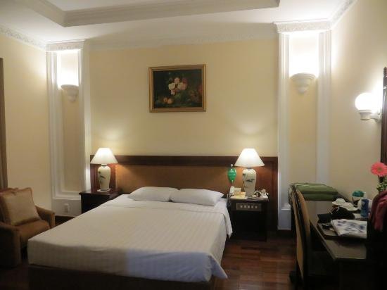 Huong Sen Hotel: I preferred the internal room with polished wood floor