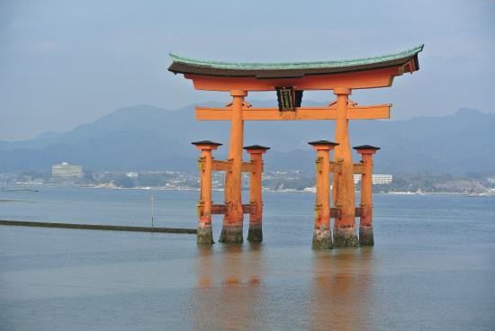 the floating torii gate - Picture of Itsukushima Shrine, Hatsukaichi - TripAd...