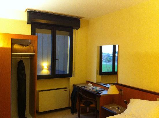 Grand Hotel Bologna Centro Congressi: finestra senza vista e senza tenda