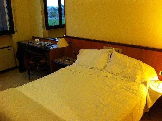 Grand Hotel Bologna Centro Congressi: letto vecchio e scomodo