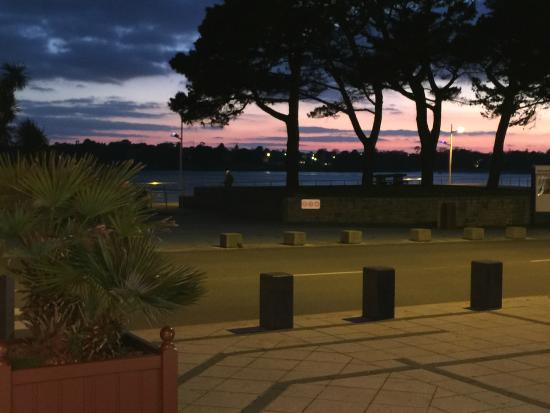 Hotel Kastel: En face de l'hotel ...la plage