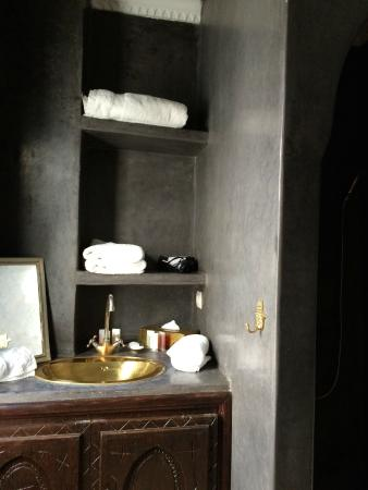 Riad Capaldi: Section of the bathroom