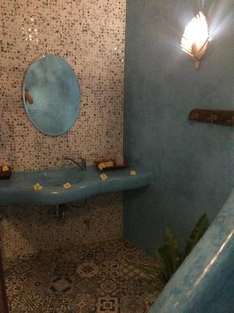 Koh Tao Cabana: Une partie de la salle de bains avec mosaïque, très grande et très agréable