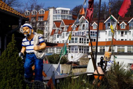 Strandhotel Seerose: Ein Blick von der naheliegenden Fischräucherei aus, die Lage: direkt am Strand