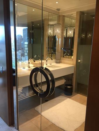 Crown Towers Melbourne: Premier Club Suite bathroom