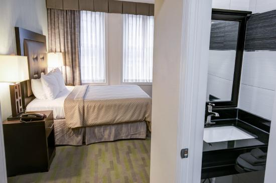 Rodeway Inn Center City: 1 Queen Bed