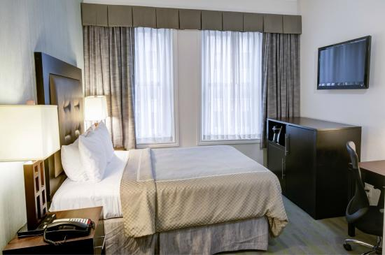 Rodeway Inn Center City: Room with One Queen Bed