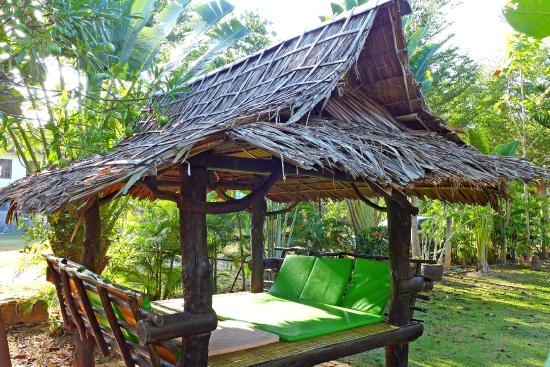 Thip Residence Boutique Hotel: Little shady huts in the hotel garden near pool