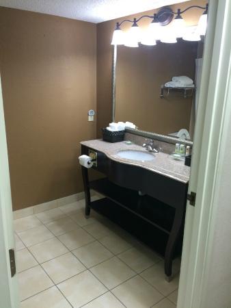 Country Inn & Suites By Carlson, Lexington: bathroom