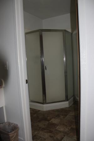 Eagle's Nest Motel: Large shower