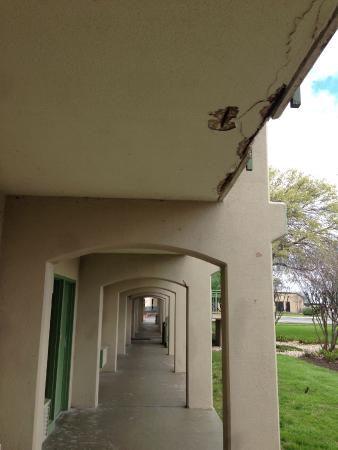 Econo Lodge North Austin : Building is falling apart.