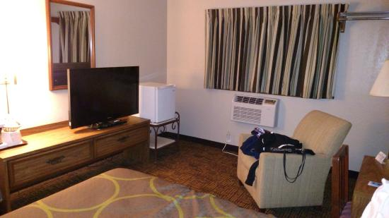 Super 8 Indianapolis: TV and Fridge