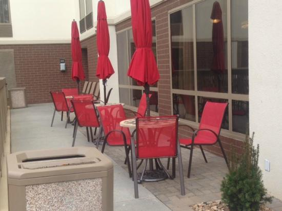 Hampton Inn Atlanta - Northlake: Outside breakfast seating