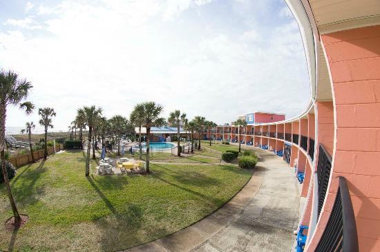 Seahorse Oceanfront Inn: Taken from our balcony