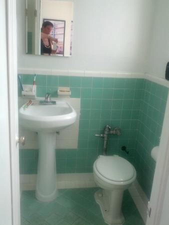 Tropics Hotel & Hostel: De badkamer
