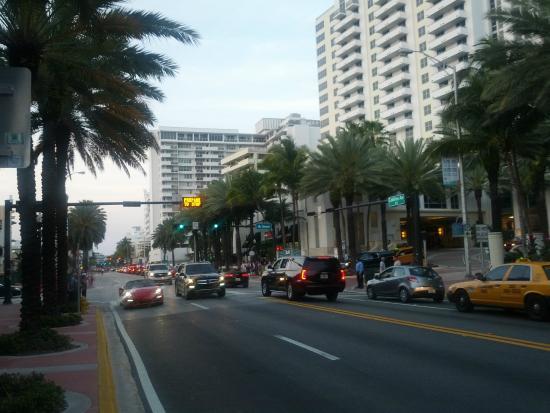 Tropics Hotel & Hostel: Naast deze straat