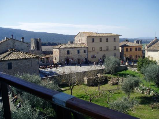 Monteriggioni dai giardini sottostanti le mura photo de for Il piccolo hotel progetta le planimetrie
