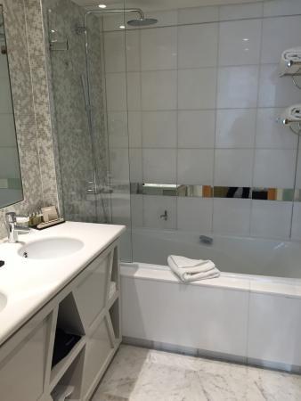 Salle de bains avec une grande baignoire ! - Photo de La Clef Tour ...