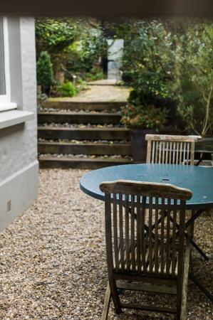 Le 21 : View to garden