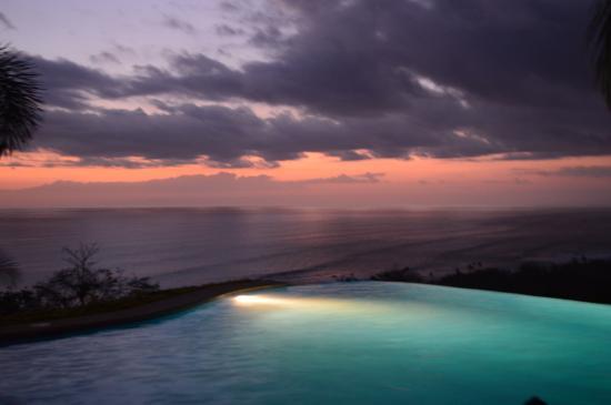 Hotel Vista de Olas : Sunset over the Infinity Pool