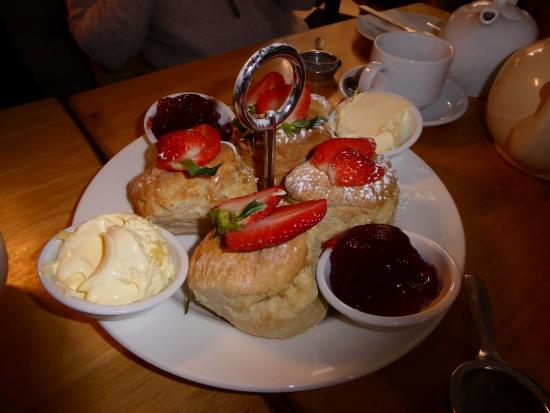 Henley Street Tea Rooms: Cream tea for four