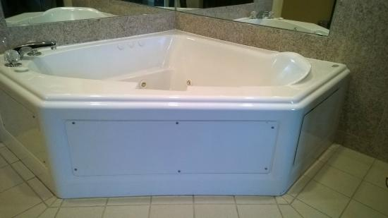Country Inn & Suites by Radisson, Frackville (Pottsville), PA: The jacuzzi in the suite was not well kept