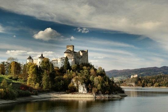 Czorsztyn, بولندا: Zamek Czorsztyn nad zalewem...