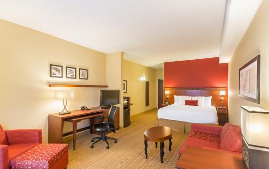 Courtyard Louisville Northeast: Executive King Suite